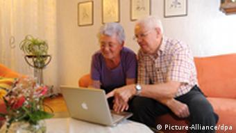 Zwei Senioren sitzen vor einem Laptop (Foto: dpa)