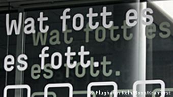 Flughafen Köln/Bonn: Schrift 'Wat fott es es fott' auf einer Tür