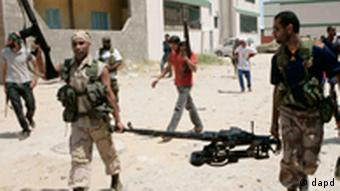 Rebel fighters search for Libyan leader Moammar Gadhafi's forces in Tripoli, Libya, Friday, Aug. 26, 2011. Fighting was still going on in many parts of the city Friday between the rebels and Gaddafi's loyalists. (Foto:AP/dapd)