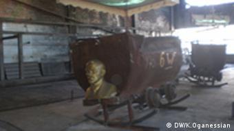 Китайський художник старі шахтарські вагонетки перетворює на гігантські колиски