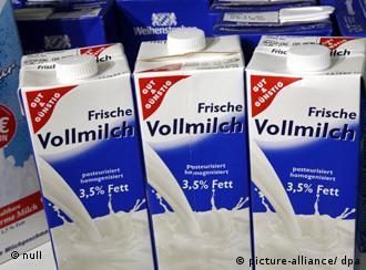 Blick in ein Kühlregal mit Milchtüten am Dienstag (31.07.2007) in einem Supermarkt in Kassel. Milchprodukte sollen in dieser Woche teurer werden. Nach Angaben des Milchindustrie-Verbandes MVI kostet der Liter Milch um fünf bis zehn Cent mehr. Grund sei die Rohstoffknappheit auf dem Weltmarkt. Dürreperioden in Australien und Ozeanien haben zu einem starken Rückgang der dortigen Milchproduktion geführt. Foto: Uwe Zucchi +++(c) dpa - Report+++