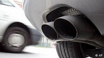Feinstaub-Richtlinie: Auspuff eines Dieselfahrzeugs in der Corneliusstrasse in Düsseldorf