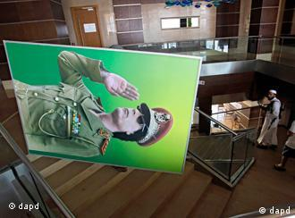 FILE - In this Wednesday, Aug. 23, 2011 file photo, a portrait of Moammar Gadhafi is removed from the Radisson hotel in Tripoli, Libya. A defiant Gadhafi vowed Wednesday to fight on until victory or martyrdom, as rebel fighters tried to end scattered attacks by regime loyalists in the nervous capital. (Foto:Sergey Ponomarev, File/AP/dapd)
