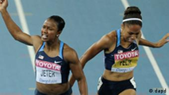 Jamaica's Veronica Campbell-Brown, left, crosses the finish line to win ahead of USA's Carmelita Jeter, center, and USA's Allyson Felix, right, in the Women's 200m final at the World Athletics Championships in Daegu, South Korea, Friday, Sept. 2, 2011. (Foto:Martin Meissner/AP/dapd)