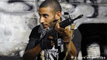 Один из повстанцев в Ливии с автоматическим оружием в руке