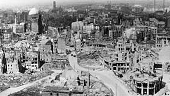 آری اینجا مرکز شهر هانوفر است. ۸۸ حمله هوایی شهر را به ویرانه تبدیل کرده و ۸۰ درصد خانههای شهر غیر قابل سکونت شدهاند.