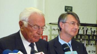 Ioan Holender, Leiter des Enescu-Festivals und Horia Roman Patapievici, Leiter des Rumänischen Kulturinstituts bei der Pressekonferenz in Bukarest am 1.09.2011. (Foto: Medana Weident/DW)