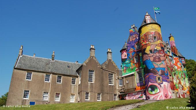 O grafite realizado por brasileiros no Castelo de Kelburn consumiu 1,5 mil latas de tinta