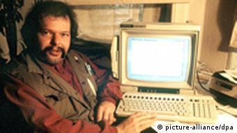 Der Datenschutz-Pionier Wau Holland (Archivbild vom November 1984) ist nach Angaben des Chaos Computer Clubs im Alter von 49 Jahren an den Folgen eines Schlaganfalls gestorben. «Wir trauern um Wau», teilte der Chaos Computer Club (CCC) am Montag (30.07.2001) auf seiner Web-Site mit. Wau Holland war Mitbegründer und Alterspräsident des legendären deutschen Hacker-Clubs. dpa