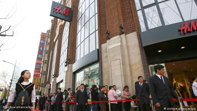 The citizens queue to buy clothes at the gate of a newly-opened store of Swedish giant H&M on April 12, 2007 in Shanghai, China. Hennes & Mauritz (H&M), the largest clothing and cosmetics retailer in Sweden, will open its first store in Shanghai on April 12, 2007. (Photo by Yang Lei/ChinaFotoPress) +++(c) dpa - Report+++