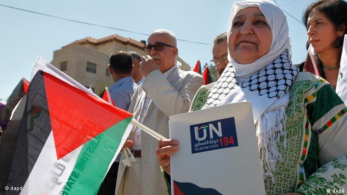 Palestinian activist Latifa Abu Hmeid holds a letter addressed to the UN Secretary-General Ban Ki-moon in front of the UN headquarters in the West Bank city of Ramallah, Thursday, Sept 8, 2011. The Palestinians on Thursday officially launched their campaign to join the United Nations as a full member state, saying they would stage a series of peaceful events in the run-up to the annual gathering of the U.N. General Assembly later this month.(Foto:Majdi Mohammed/AP/dapd)