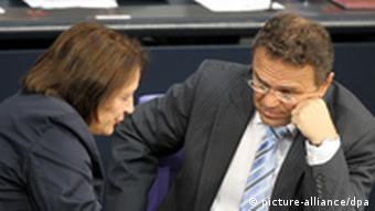 Bundesinnenminister Hans-Peter Friedrich (CSU) unterhält sich im Bundestag mit Bundesjustizministerin Sabine Leutheusser-Schnarrenberger (FDP) (Foto: dpa)