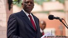 Angola Staatspräsident Jose Eduardo dos Santos spricht am Mittwoch (13.07.2011) in Luanda bei einer Pressekonferenz im Garten im Präsidentenpalast. Auf dem Programm des Besuchs von Kanzlerin Merkel in Angola stehen unter anderem eine Wirtschaftskonferenz, der Besuch einer Journalistenausbildungsstätte und ein Spatenstich für eine Halle am Flughafen. Die Afrikareise der Bundeskanzlerin führt nach Angola weiter nach Nigeria. Foto: Michael Kappeler dpa +++(c) dpa - Bildfunk+++