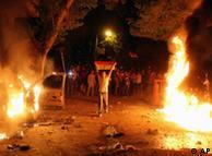 إضرام النار في سيارات أثناء المواجهات بين الشرطة والمتظاهرين