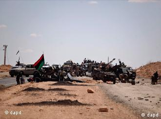 Former rebel soldiers gather at the frontline near the entrance of Bani Walid, Saturday, Sept. 10, 2011. Libyan fighters are signing up for a final assault on one of the last remaining bastions of Moammar Gadhafi. The volunteers are pouring in by the dozens, coming in pickup trucks from cities as far as Tripoli and Tobruk, as a deadline expired on Saturday for the pro-Gadhafi loyalists holed up inside the town of Bani Walid to surrender. (Foto:Alexandre Meneghini/AP/dapd)