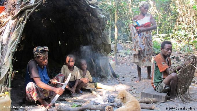 Pygmies in a hut (photo: Carine Debrabandère)