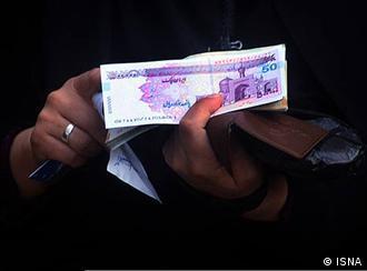 وزیر اقتصاد جمهوری اسلامی میگوید: هر چند حداقل ۱۵ ميليون نفر میتوانند از دريافت يارانه انصراف دهند اما دولت تصميمی برای حذف این افراد ندارد