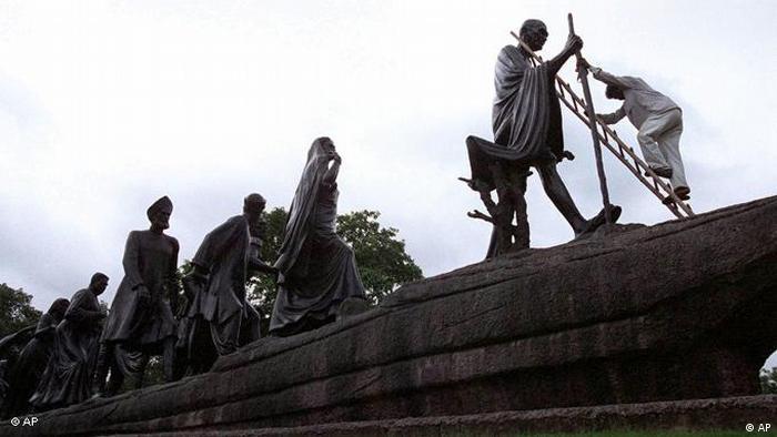 Patung Gandhi Salt March menentang aturan kolonial Inggris (AP)