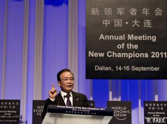 Chinese Premier Wen Jiabao gestures as he delivering an opening speech to welcome guests at the annual meeting of the New Champions The Summer Davos held by the World Economic Forum at the Dalian World Expo Center in Dalian, in northeast China's Liaoning Province, Wednesday, Sept. 14, 2011. (Foto:Andy Wong/AP/dapd)