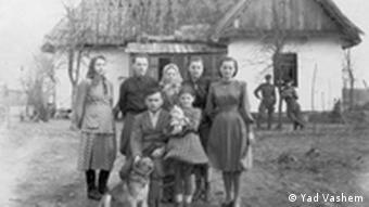 Родина Герасимчуків. Фото 1940-х років