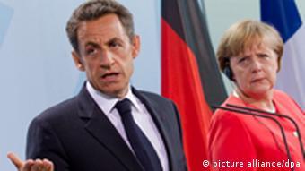 Sarkozy und eine düster dreinblickende Merkel in einer gemeinsamen Pressekonferenz (Foto: pa/dpa)