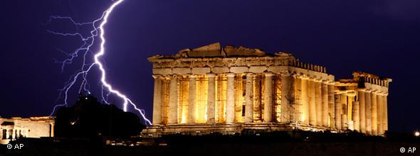Blitz über der nächtlichen Akropolis in Athen (Foto: AP)