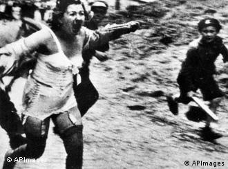 Жінка тікає від побиття на вулицях Львова
