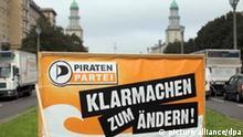 Das Wahlplakat der Piratenpartei ist am Freitag (09.09.2011) im Berliner Stadtteil Friedrichshain auf einer Verkehrsinsel zu sehen. Die Piratenpartei hat gute Chancen, erstmals in ein Landesparlament einzuziehen. In der ARD-Vorwahlumfrage zur Abgeordnetenhauswahl in Berlin am 18.08.2011 kommt die Piratenpartei auf 6,5 Prozent der Stimmen. Foto: Kay Nietfeld dpa/lbn +++(c) dpa - Bildfunk+++