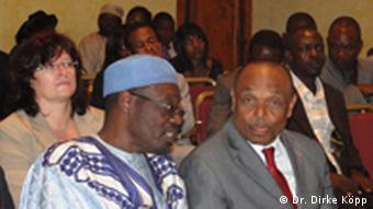 Grégoire Owona, le secrétaire général adjoint du RDPC (à droite).