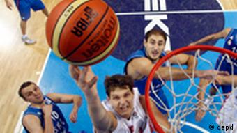 Russia's Timofey Mozgova dunks a ball during the EuroBasket 2011, European Basketball Championships quarter final match against Serbia in Kaunas, Lithuania, Thursday, Sept. 15, 2011. (Foto:Mindaugas Kulbis/AP/dapd)