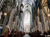 Fiéis oram na catedral