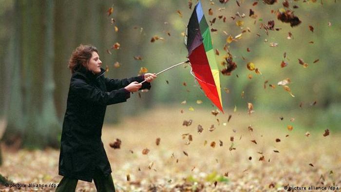 Señora luchango en contra del viento.