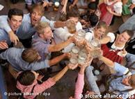 Oktoberfestgäste prosten sich am Samstag (17.09.2011) auf dem Oktoberfest auf der Theresienwiese in München (Oberbayern) mit ihren Bierkrügen zu. Das 178. Münchner Oktoberfest lockt bis zum 03. Oktober 2011 Besucher aus aller Welt in die bayerische Landeshauptstadt. Foto: Tobias Hase