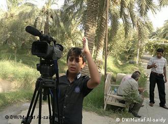 المخرج الصغير حسين يقف خلف الكاميرا بثقة كبيرة