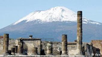 The Temple of Jupiter in the ruins of the city of Pompeii, Italy, with Mount Vesuvius in the background on March 2, 2005. Foto: Dennis Brack /Landov (c) dpa -