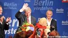 Spitzenkandidat Klaus Wowereit (SPD) zeigt sich am Sonntag (18.09.2011) in Berlin bei der Wahlparty der SPD in der Kulturbrauerei zusammen mit seinem Lebensgefährten Jörn Kubicki seinen Anhängern. Rund 2,47 Millionen Berliner waren zur Wahl des 17. Berliner Abgeordnetenhauses aufgerufen. Foto: Bernd von Jutrczenka dpa/lbn