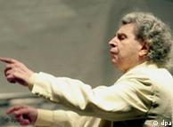Ο Μίκης Θεοδωράκης διευθύνει συναυλία στη  Γερμανία