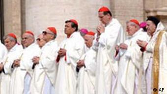 Sodano feiert mit anderen Kardinälen eine Messe für den gestorbenen Papst
