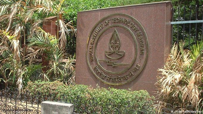 IIT Madras Indian Institute of Technology, Madras. Tafel beim Haupteingang. CC-BY-SA/Minivalley QUelle: Wikipedia http://en.wikipedia.org/wiki/File:Iitm_maingate_logo.jpg