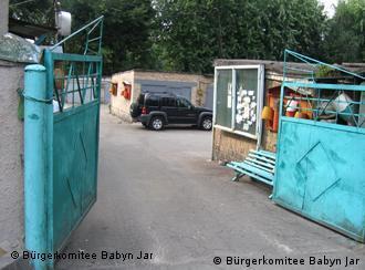 Фото: комітет «Бабин Яр»: На цьому місці жертв перед розстрілом роздягали. Зараз тут гаражі