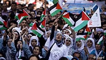 Palestinians wave flags during a rally in support of the Palestinian bid for statehood recognition in the United Nations, in the West Bank city of Ramallah (c)Tara Todras-Whitehill/AP/dapd