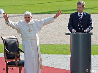 پاپ بندیکت شانزدهم در کنار کریستیان وولف رئیسجمهور آلمان