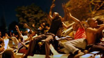 Anhänger von Michael Sata sitzen auf einem Auto und feiern seinen Sieg (Foto: dapd)