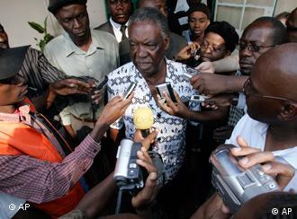 Michael Sata gibt Reportern Interviews (Foto: ap)