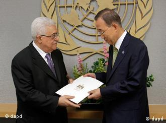 Palestinian President Mahmoud Abbas, left, gives a letter requesting recognition of Palestine as a state to Secretary-General Ban Ki-moon during the 66th session of the General Assembly at United Nations headquarters Friday, Sept. 23, 2011. (Foto:Seth Wenig/AP/dapd)