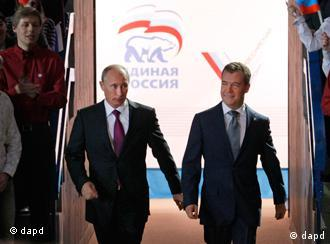 Russian President Dmitry Medvedev, right, and Prime Minister Vladimir Putin arrive to attend a United Russia party congress in Moscow on Saturday, Sept. 24, 2011. Russian President Dmitry Medvedev has proposed Vladimir Putin as presidential candidate for 2012, almost certainly guaranteeing Putin's return to office. Medvedev made the proposal Saturday in an address to a congress of United Russia, the pro-Kremlin party that dominates Russian politics. (Foto:Ivan Sekretarev/AP/dapd)