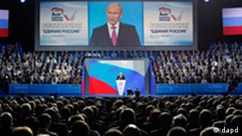 Vladimir Putin addresses the United Russia party congress in Moscow on Saturday, Sept. 24, 2011. Russian President Dmitry Medvedev has proposed Vladimir Putin as presidential candidate for 2012, almost certainly guaranteeing Putin's return to office. Medvedev made the proposal Saturday in an address to a congress of United Russia, the pro-Kremlin party that dominates Russian politics. (Foto:Ivan Sekretarev/AP/dapd)
