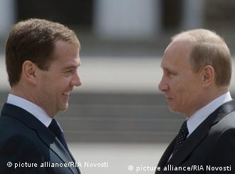 Dmitri Medwedew (l.) und Wladimir Putin (Foto: dapd)