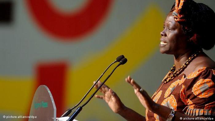 Wangari Maathai falando ao microfone