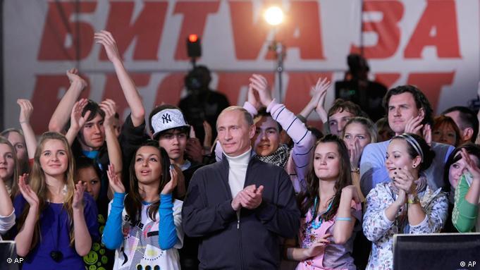 Wladimir Putin lässt sich von seinen jugendlichen Anhängern feiern (Foto: AP Photo/RIA-Novosti)